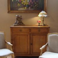 De charme van een antiek meubel, Antiek & Interieur Den Ouden Overzet, Melsele