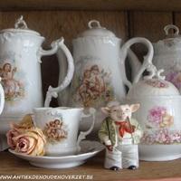 Een verzameling porseleinen koffiekannen, Antiek & Interieur Den Ouden Overzet, Melsele