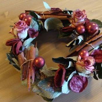 Kerstkrans van gevriesdroogde rozen.