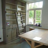 Bureel met wand boekenkast