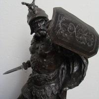 Kunstbrons : krijger met zwaard.