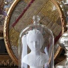 """Buste onder stolp """"Madame Royale"""", Marquise"""