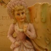 """Porselein : Biscuit """"Victoriaans meisje, picque fleurs"""""""