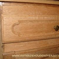 Uitgebleekt meubel bij Landelijk Interieur & Antiek Den Ouden Overzet te Melsele